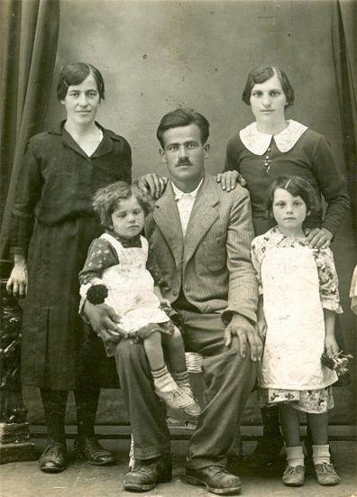 """Николин отац Никола, сједи и држи у крилу ћерку Наду. Лијево од њега стоји његова старија ћерка Милева. Иза њих стоје Николина тетка (татина сестра) и његова мајка Јелена (са """"буби"""" крагном). Фотографија је снимљена 1937- 1938."""