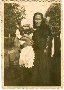 Никола Крајновић у наручју своје баке Анђелије, почетком 1941.