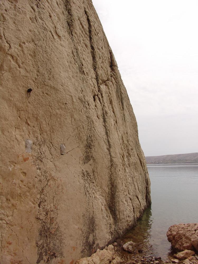 15.6.2010. Пронађено мјесто уклоњене Спомен плоче на источном дијелу увале Пашка Слана